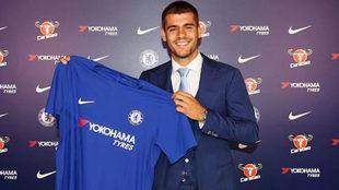 Álvaro Morata posa con la camiseta del Chelsea.