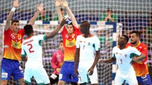 Un jugador de Burkina Faso trata de lanzar ante los 'Hispanos...
