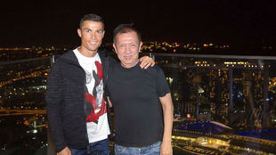 Ronaldo, con su amigo Peter Lim en Singapur
