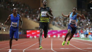 Bolt llega a la línea de meta en Mónaco.