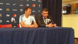Allegri, junto a su traductor, en plena rueda de prensa.