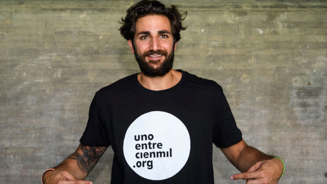 Ricky, con la camiseta de Uno entre cien mil