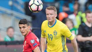 Sam Larsson en un partido con Suecia