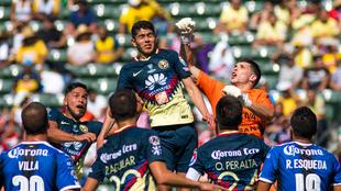 Vargas, saltando de cabeza, en un partido del América contra...