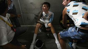 Romain Bardet esperando confirmación de su tercer puesto en el Tour.