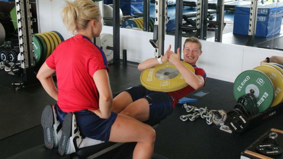 Las jugadoras de la selección inglesa trabajando en el gimnasio.