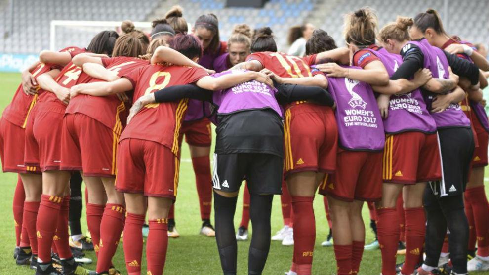 Las jugadoras de la selección española haciendo piña antes del...