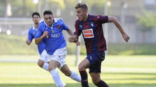 Iván Alejo, en un partido del Eibar esta pretemporada contra el...