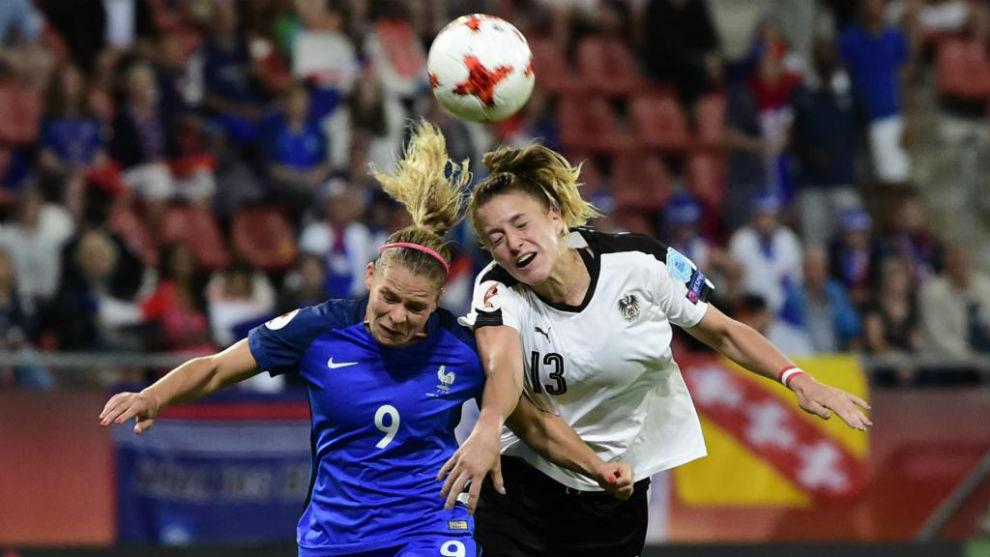 Eugenie Le Sommer puja por un balón con Virginia Kirchberger.