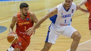 Jaime Fernández trata de superar la defensa de un jugador israelí.