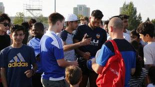 Garay firma autógrafos tras el entrenamiento realizado antes del...