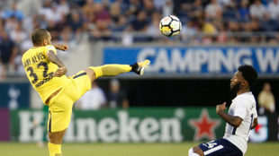 Dani Alves intenta despejar un balón ante el Tottenham