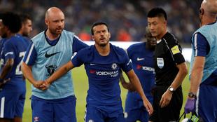 Pedro (29) es asistido por los médicos del Chelsea
