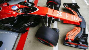 Fernando Alonso saca el McLaren del garaje en el GP de Gran Bretaña