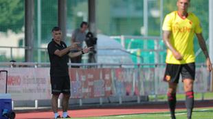 José Luis Mendilibar (56) da indicaciones durante el partido entre el...