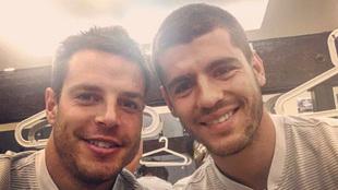 Azpilicueta y Morata rumbo a un entrenamiento del Chelsea