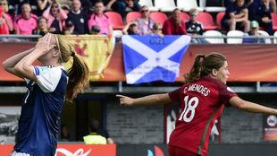 Carolina Mendes celebra su gol ante el lamento de Vaila Barsley.