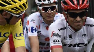Alberto Contador hablando con Chris Froome en la última etapa del...