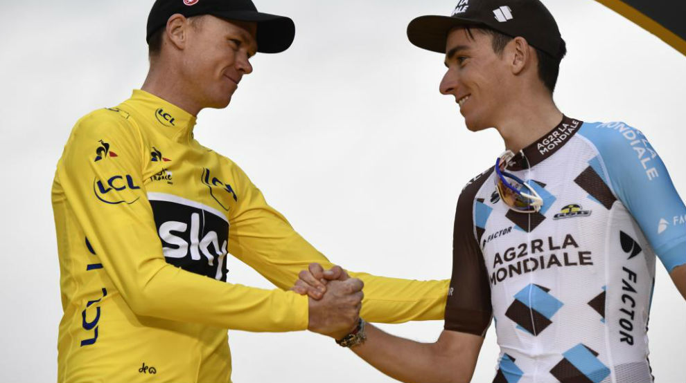 Romain Bardet saludando a Chris Froome en el podio del Tour.