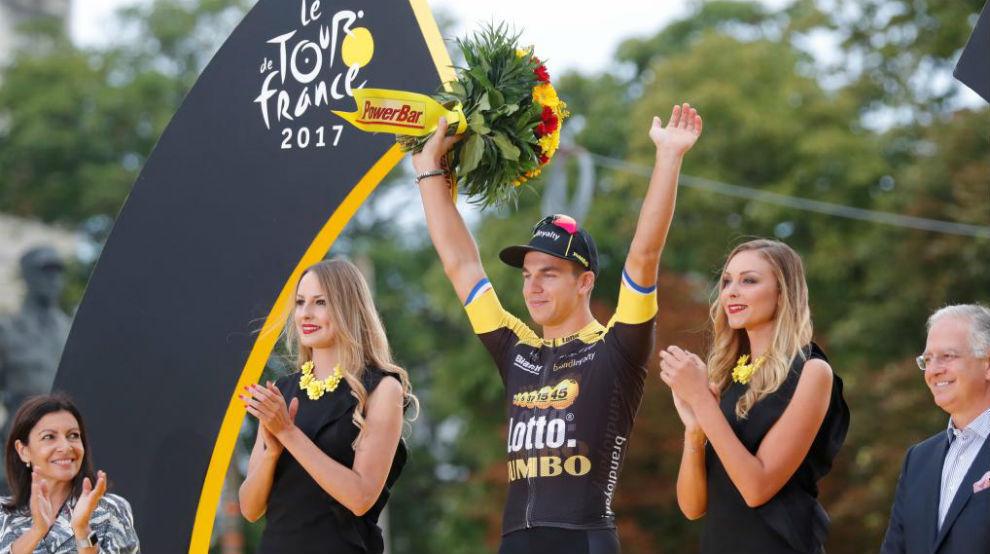 Dylan Groenewegen celebra en el podio de París su triunfo de etapa.