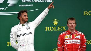 Hamilton, feliz, con Raikkonen a su lado en el podio.