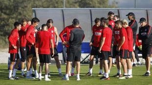 Simeone(46) habla con sus jugadores