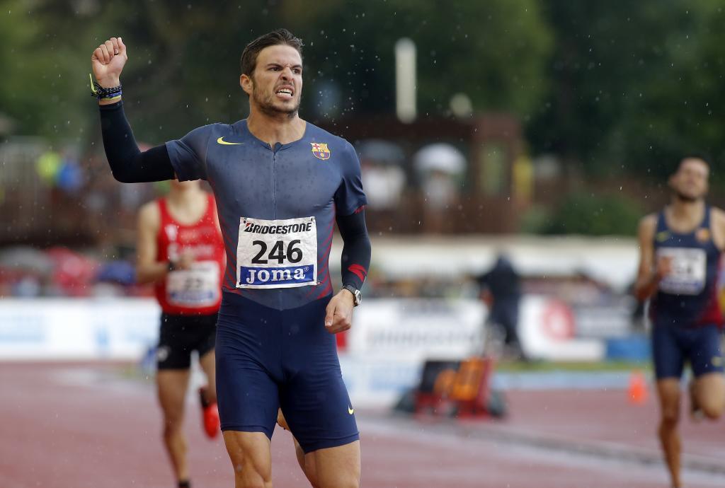 Óscar Husillos celebra su victoria en el 400.