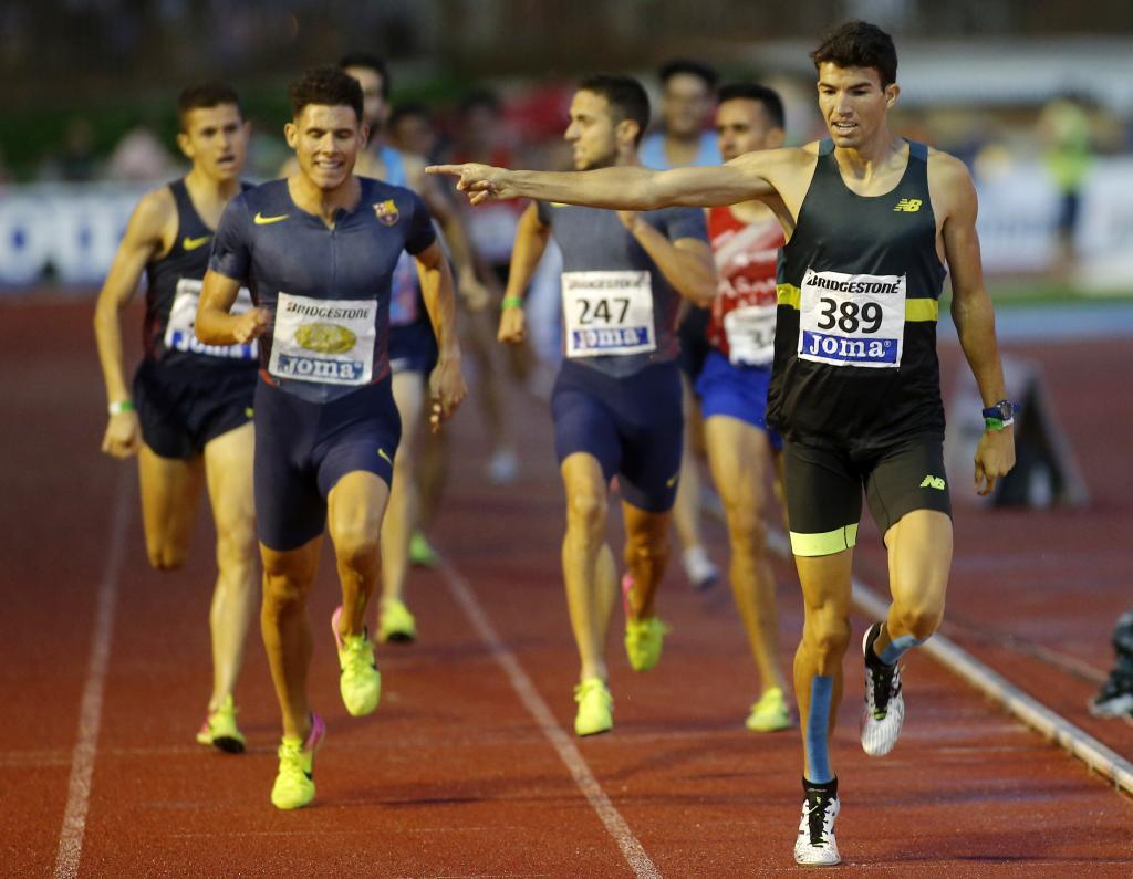 Adel Mechaal celebra su triunfo en los 1.500.