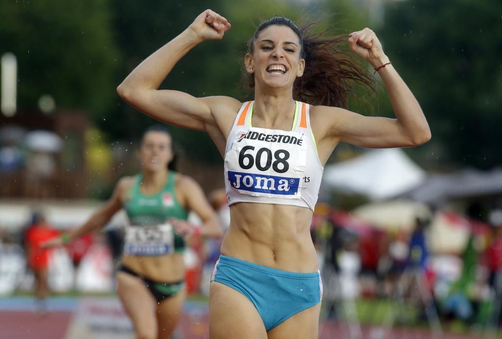 Laura Bueno celebra su triunfo en el 400.