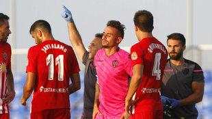 Roger tras lesionarse en el amistoso ante el Almería.