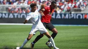 Achraf, en acci�n ante el Manchester United