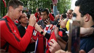 Torres firma autógrafos a su llegada al hotel en México
