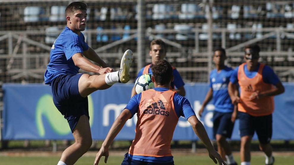 Raúl Guti lucha por un balón en un ejercicio.
