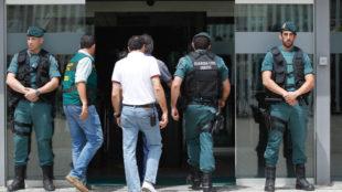 Villar entra a las oficinas de la RFEF acompa�ado por agentes de la...