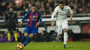 Neymar y Casemiro en un Clásico de la temporada pasada.