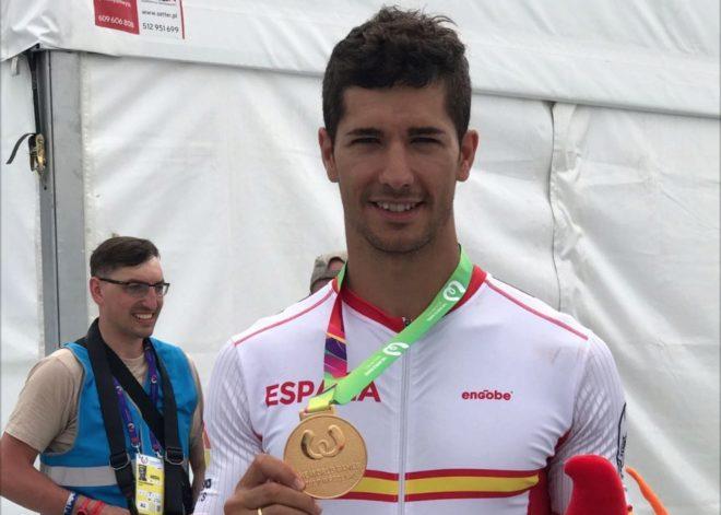 Ioseba Fernández posando con la medalla de oro en los 200m c/r.