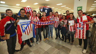 Aficionados mexicanos esperando a la llegada del Atlético