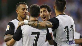 Nando celebra su gol con Vezo, Parejo y Negredo