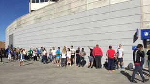 Aficionados al Leganés, en las afueras del Estadio de Butarque