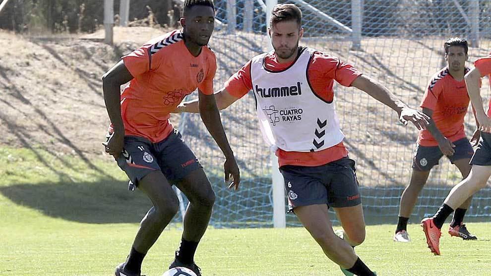 Suly Marreh protege el balón ante Luismi en un entrenamiento reciente
