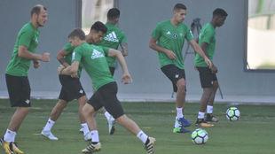 Los jugadores del Betis, en el entrenamiento de este martes.