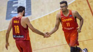 Pierre Oriola y Sebas Sáiz se saludan en un cambio.