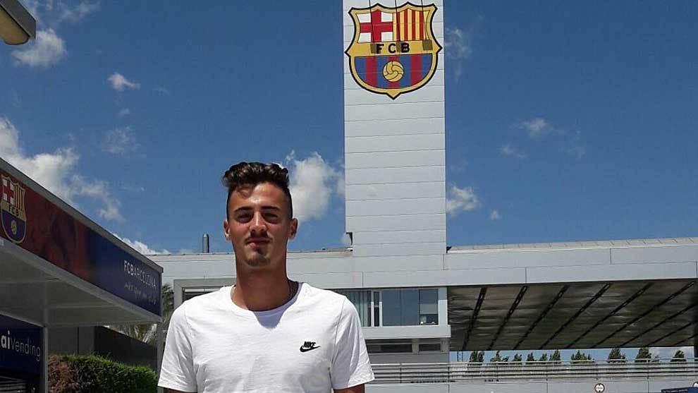 Un feliz José Luis Trápaga posa como nuevo jugador del Barcelona B