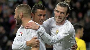 Benzema, Cristiano y Bale, tras la consecución de un gol.