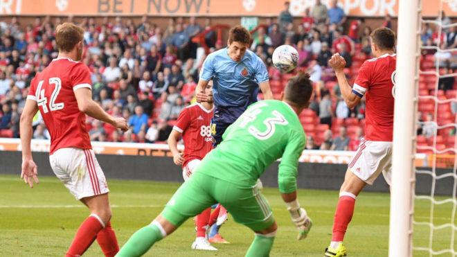 Andrés remata un balón que acabaría en gol.