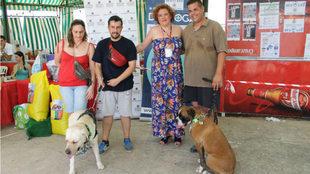 Inmaculada Atienza con los dos perros ganadores y sus dueños