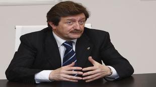 Juan Luis Larrea en una conferencia de prensa