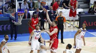 Ognjen Kuzmic lanza un gancho sobre Maciulis durante un partido del...