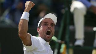 Roberto Bautista celebra una victoria en Wimbledon.