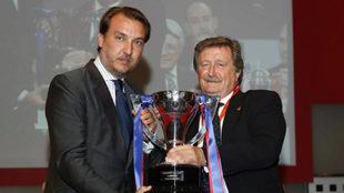 El presidente de la RFEF, Juan Luis Larrea, entrega a Quico Catalán...